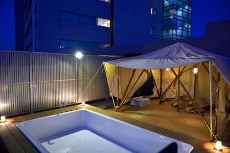 マンション屋上でアウトドア気分。東京の夜景を楽しむテント&展望プール