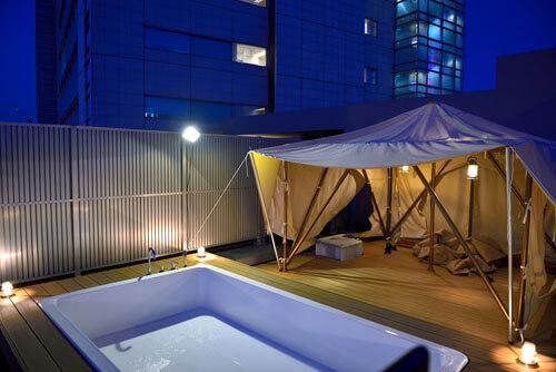 マンション最上階のルーフテラスで都心の眺めを楽しむテント&展望プール