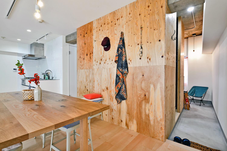 リノベーション施工事例:ラフだけどシンプル。ラーチ合板のボックスWTCと土間でつくる、ご夫婦のSOHO住まい