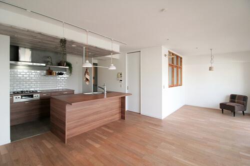 キッチンが中心の2LDK+書斎。料理が楽しくなるリノベーション