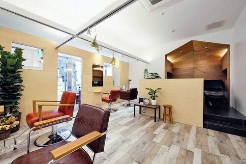 sumika アンティーク家具×ナチュラル素材のアットホームなヘアサロン