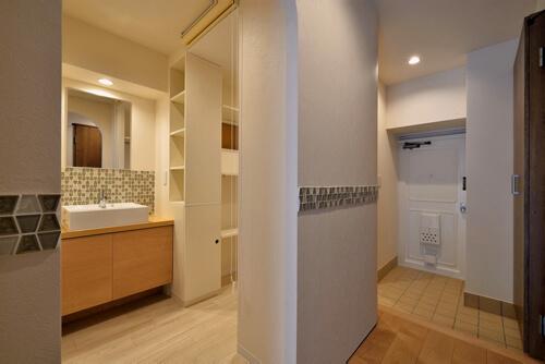 """アール壁とタイルが上品な""""収納&洗面スペース""""のあるリノベーション1LDK"""