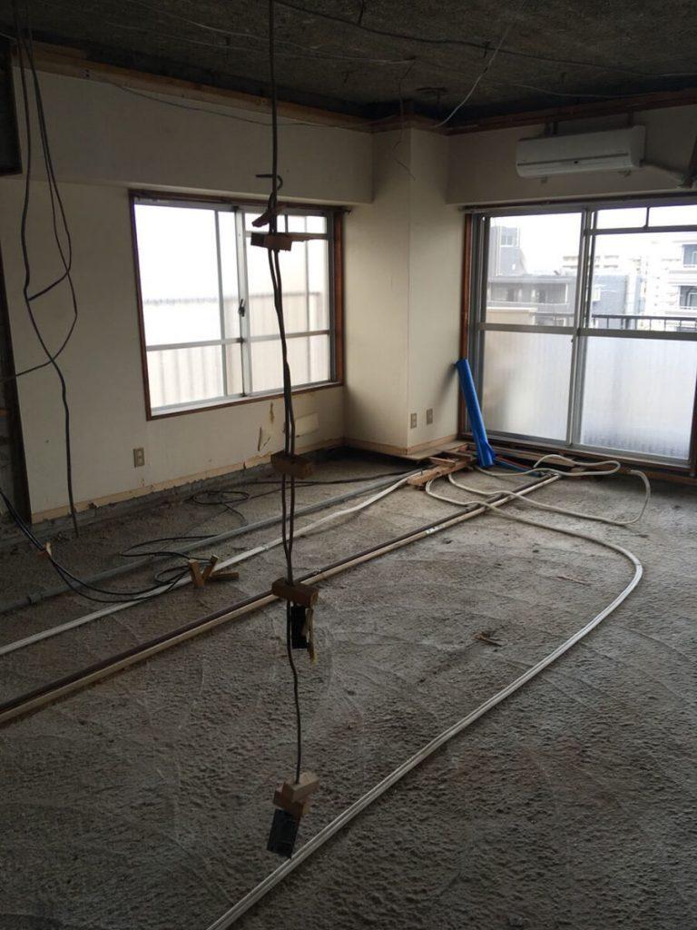 Cuestudioがつくるリノベーション済みマンション物件の工事が始まりました ②現場レポ:配線・配管~床の下地組写真:14+1200