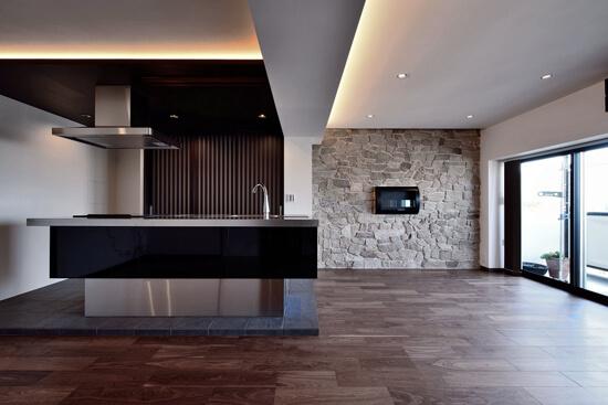 石材タイルがアクセントのリビングと小上がりを兼ね備えた和モダンリノベーション