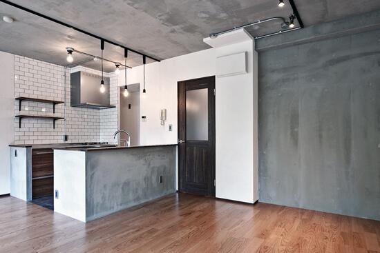 壁・天井もキッチンカウンターもモルタル仕上げの無骨でラフなマンションリノベーション