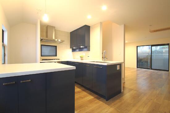 L型キッチンがご自宅の中心に。家族で囲むゆったり団らんスペース