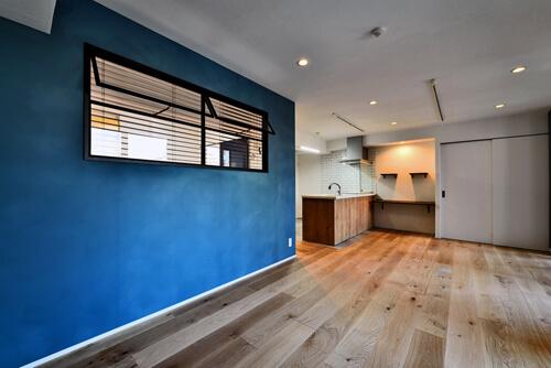 マリンブルー壁×チェリー床。素材に溢れた1LDK+WIC住まい
