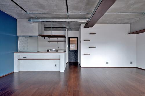 モルタル仕上げのキッチン×キャットステップのあるワンストップリノベーション住まい