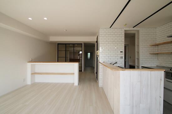 ブラックフレーム建具×足場板×タイル。ホワイトなポップ空間