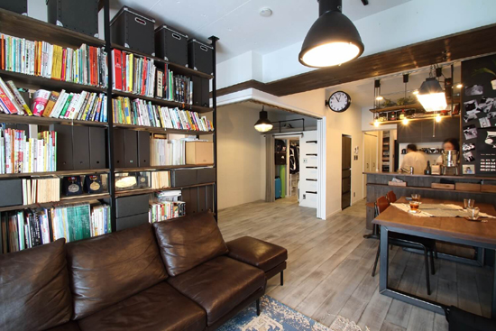 天井・タイルは白塗装。家具はオーダーのインダストリアル仕様に