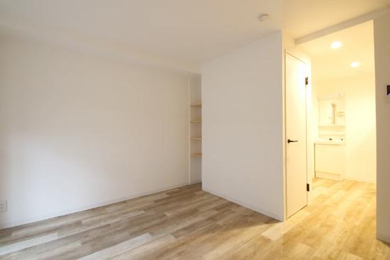 ホワイト×木のシンプルな賃貸アパート事例。使い勝手重視の間取りへ