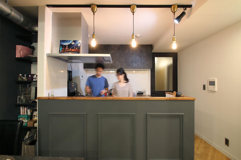 リノベーションインタビュー010:ヘリンボーンの床に、キッチンは塗装仕上げの木製モールディング