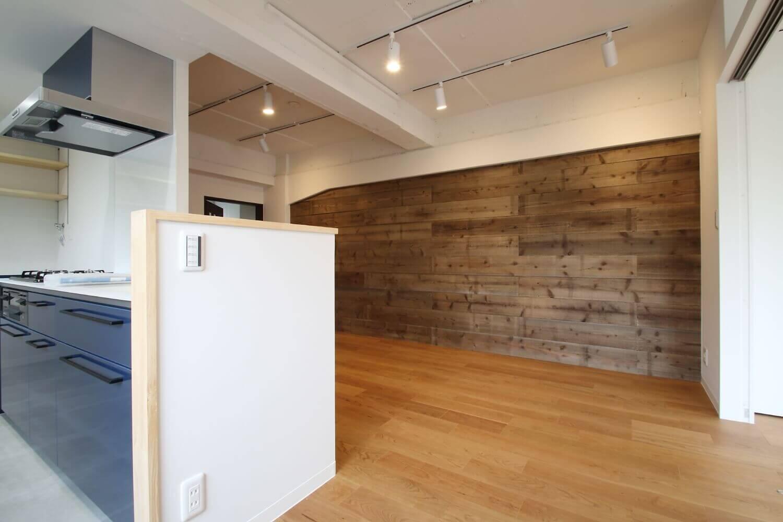 6既存の良さを残しながらも、足場板や白塗装で空間に新しい価値を